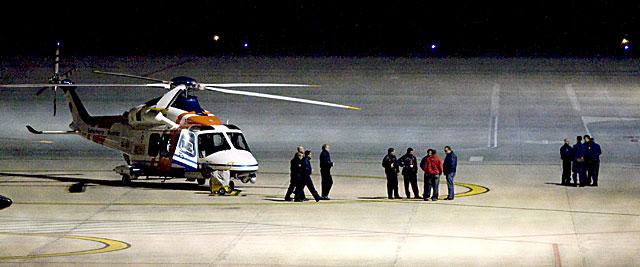 Un helicóptero de los que han participado durante la noche en las labores de búqueda. | Efe