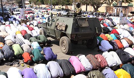 El ejércico vigila la oración mirando a la Meca. | Ap