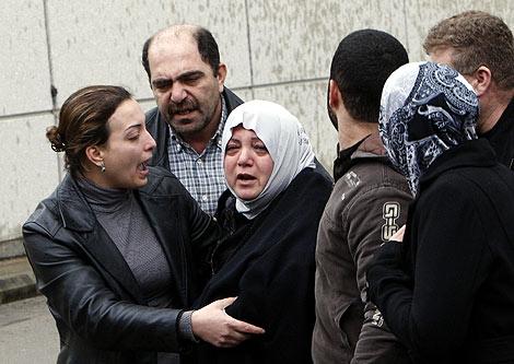 Familiares de los pasajeros esperan recibir noticias sobre su situación.   AP