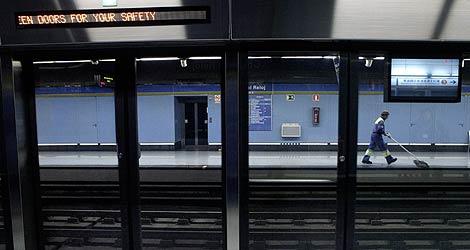 Imagen de la doble puerta en la estación de la Casa del Reloj. | Óscar Monzón