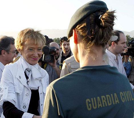 La vicepresidenta española, Fernández de la Vega, saluda a una guardia civil en Haití. | Efe