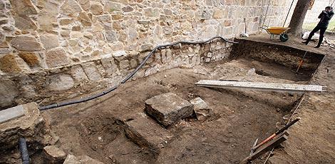 Una joven fotografía los primeros restos encontrados. | Ricardo Muñoz