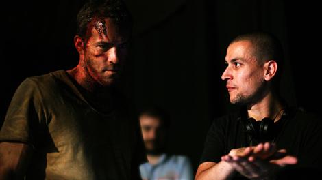 El realizador Rodrigo Cortés dirige al actor Ryan Reynolds.   Ical