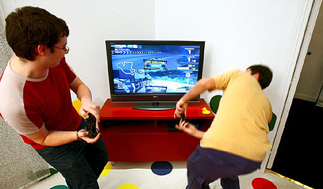 Unos niños juegan a la consola. | Foto: Carlos Miralles