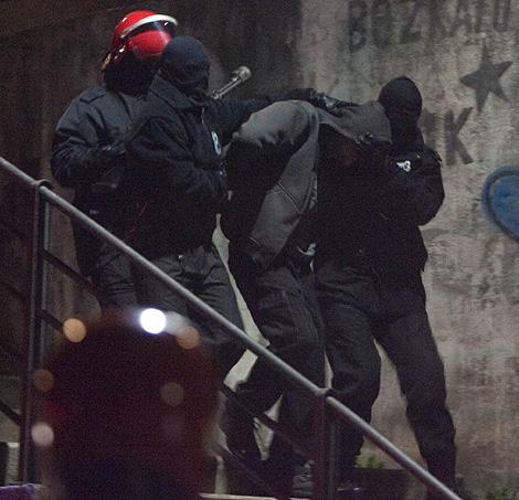 Agentes de la Ertzaintza, trasladan a uno de los detenidos en Ondarroa. | Mitxi
