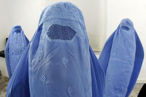 'Burkas' afganos en una muestra en Niza. | Reuters