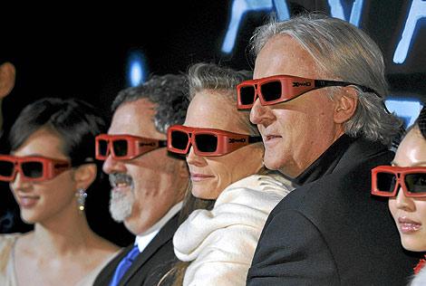 James Cameron, su esposa, y el productor de 'Avatar' en el estreno de la película en Tokio. | Efe.