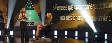 Emma García, con una concursante de 'El juego de tu vida'.