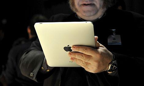 Un asistente a la presentación prueba el iPad.   Efe