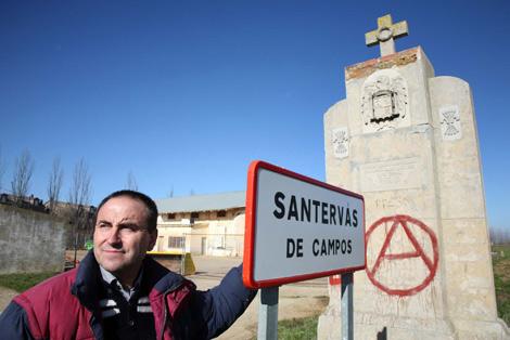 El alcalde de Santervás de Campos (Valladolid), Santiago Baeza, en la entrada del pueblo. | Ical
