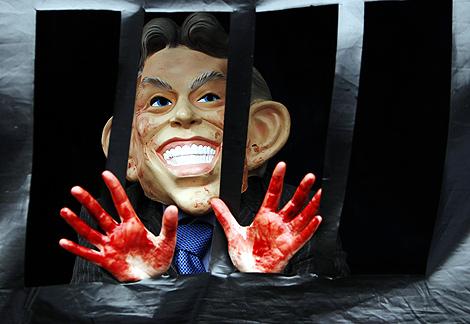 Protestas contra Blair a las puertas del Parlamento. | Reuters