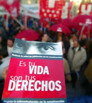 Obreros de la construcción exigen en febrero de 2004 al Gobierno del PP adelantar la jubilación a los 60 años. (Foto Chema Tejada)