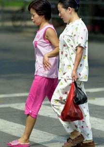 f4f3e77d0 Dos mujeres pasean en pijama en Shanghai.