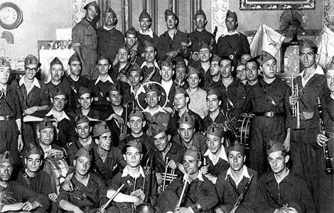 RafaelOropesa (con círculo blanco), con la banda de las milicias del Quinto Regimiento. | Efe