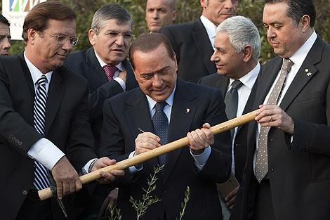 Silvio Berlusconi, tras plantar un árbol en el Fondo Nacional Judío. | Afp