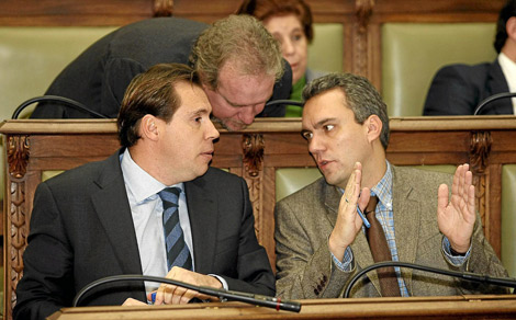 El presidente del PSOE en el Ayuntamiento, Óscar Puente (izda.), conversa con los ediles José Francisco Martín (centro) y Javier Izquierdo. | Pablo Requejo