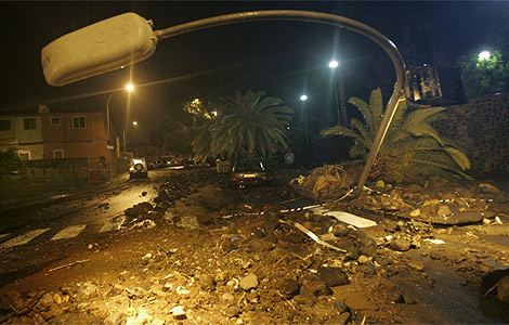 Daños causados por la tormenta en Santa Cruz de Tenerife.   AFP