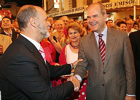 Juan Escámez (i.) saluda a Manuel Cháves durante la pre campaña electoral de 2007. | F. R.