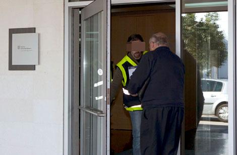 Agentes retirando documentación de la sede de Inestur. | Efe