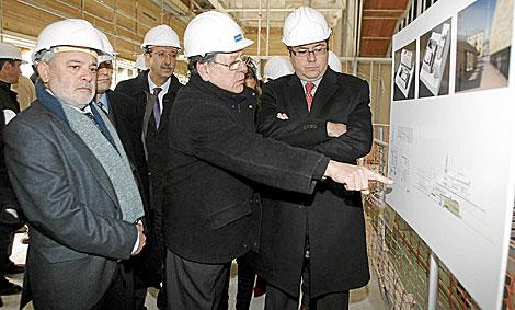 El consejero, junto al alcalde de Córdoba, en la visita a las obras. | Madero Cubero