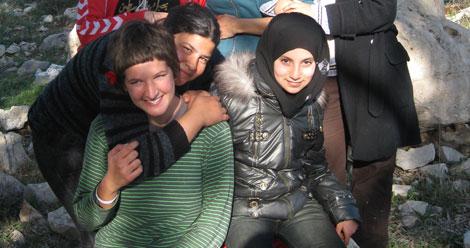 Ariadna Jové, en primer término, hace un año que vive en Cisjordania | Efe