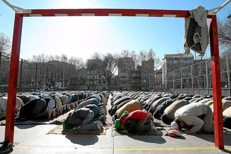 Los creyentes oran el pasado viernes en el barrio de Llefià   Q. García