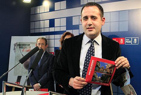 Jorge Alarte con uno de los folletos que repartirá su partido | Benito Pajares.