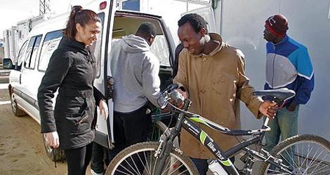 Imagen de la primera entrega de bicicletas. | Dona tu bici vieja
