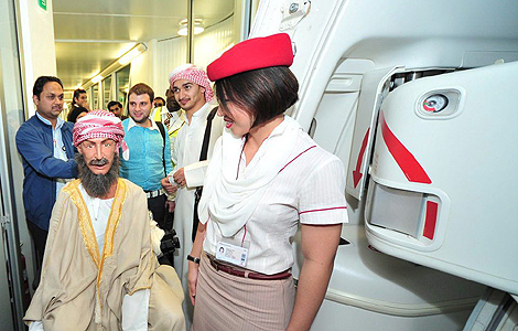 Ibn Sina es recibido por una azafata a su llegada al avión. | Efe