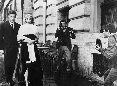 Fotograma de 'La Dolce Vita' con Silvia (Anita Ekberg) fotografiada por los 'paparazzi' de Marcello (Marcello Mastroianni) en Via Veneto.