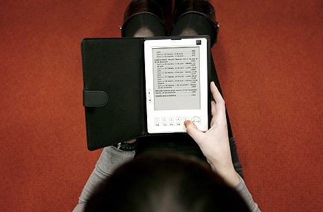 Una mujer lee un libro en formato electrónico. | Alberto Di Lolli