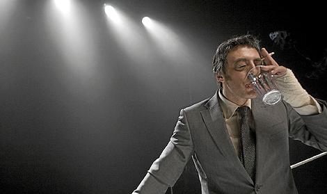 Roberto Álamo, caracterizado como Urtain en la obra de Animalario.