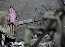 Un muñeco colgado entre escombros en Puerto Príncipe.   Efe