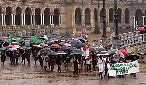 Los manifestantes, a su llegada a la Plaza de España de Sevilla. | Jesús Morón