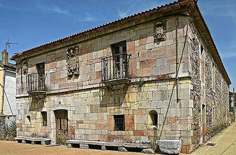 Una vista de la casona blasonada de Puebla de Lillo, del siglo XVIII, ahora desaparecida.   J.Gutiérrez
