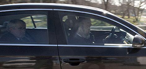 Toxo (en el asiento trasero) y Méndez, de copiloto, a su llegada a La Zarzuela. | Efe
