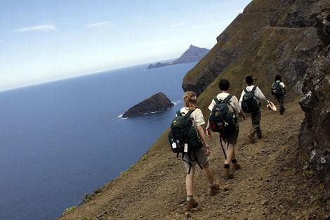 Los jóvenes de la Ruta Quetzal-BBVA pasean por la isla Robinson Crusoe. | Ángel Colina