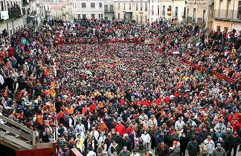 Cientos de personas se congregan en el 'campanazo' de Ciudad Rodrigo. | Ical