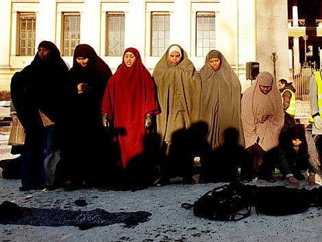 Mujeres musulmanas concentradas en el centro de Oslo.   Ap