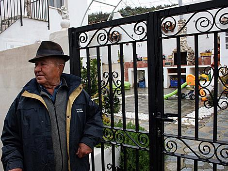 Un vecino de Sorbas junto al porche del chalé donde han acontecido los hechos.   Miguel Cabrera