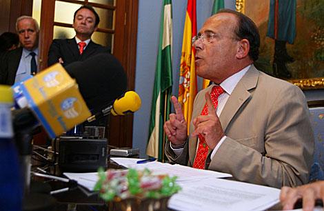 El ex alcalde Hernán Díaz, en noviembre de 2005, tras la sentencia que lo condenaba por prevaricación. | J. F. Ferrer