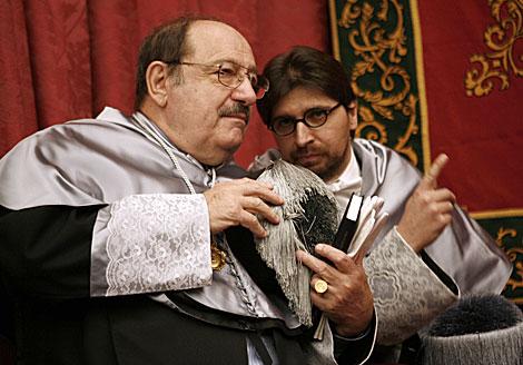 El semiólogo italiano Umberto Eco, con el decano de Comunicación de la Hispalense. | Esther Lobato