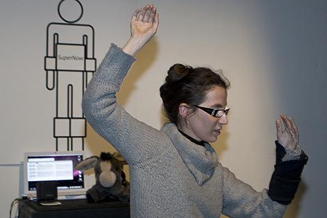 La artista y diseñadora Paola Tognazzi ofrece una demostración de Wereable_SuperNow. | E.M.