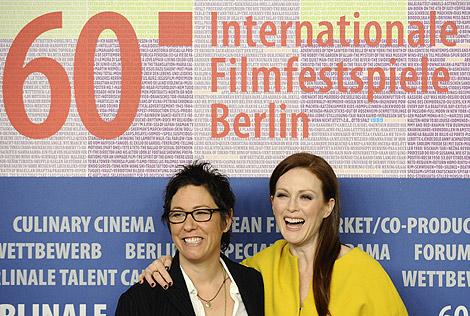 La directora Lisa Cholodenko y la actriz Julianne Moore presentan 'The kids are all right'. | Afp
