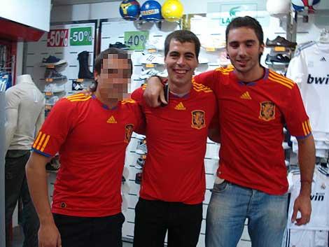 Jon Rosales (c) y Adur Aristegi (dcha.), con las camisetas de la selección.