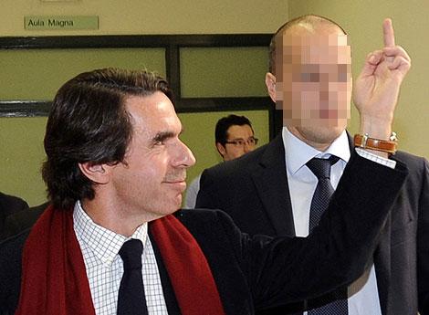 Aznar respondiendo a los estudiantes que le increpaban en Oviedo. | Reuters