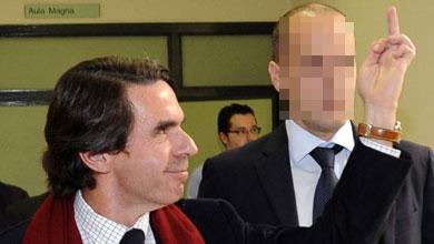 Aznar respondiendo a los estudiantes que le increpaban.   Reuters