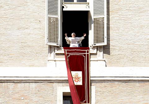Imagen de Benedicto XVI en la plaza de San Pedro Vaticano. | Foto: Efe