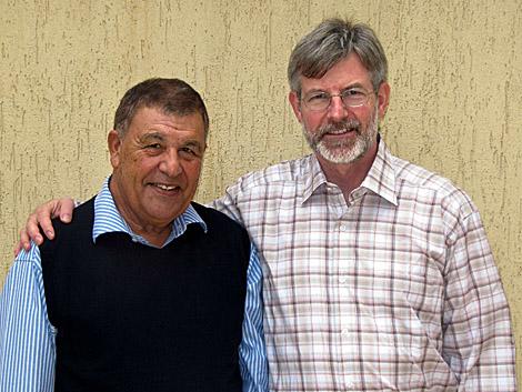 Los dos empresarios detenidos en Libia posan en la embajda suiza en Trípoli. |Afp