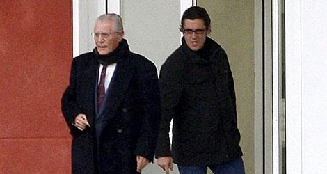 Puerta (dcha) sale de prisión acompañado de su padre. | Efe